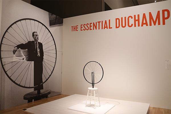 展示風景より。《自転車の車輪》(レプリカ1964年/オリジナル1913年、フィラデルフィア美術館蔵)