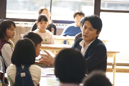 """福山雅治、新曲「トモエ学園」のMVは母校・長崎市立稲佐小学校で撮影 人生初の""""特別授業""""や弾き語りで新曲を演奏するシーンも"""