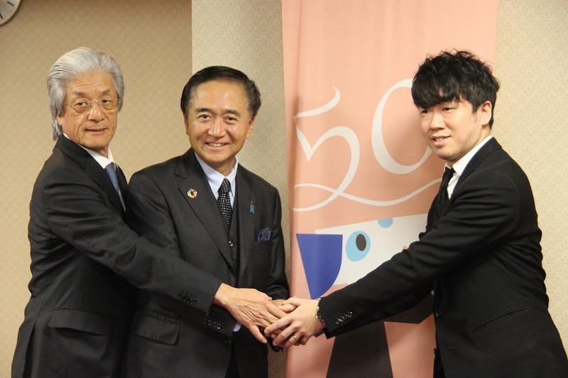 創立50年記念事業について会見した(写真左から)神奈川フィルの上野理事長と黒岩神奈川県知事、神奈川フィル常任指揮の川瀬