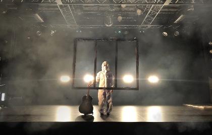 湯木慧、防護服着用ワンマンライブ『選択』の開催を発表 「これは心の防護服です。そしてそれは音楽でもあります。」