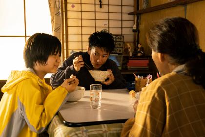 佐藤健の箸の持ち方、うどんを10杯平らげた役づくりに注目 映画『護られなかった者たちへ』本編映像を一部解禁