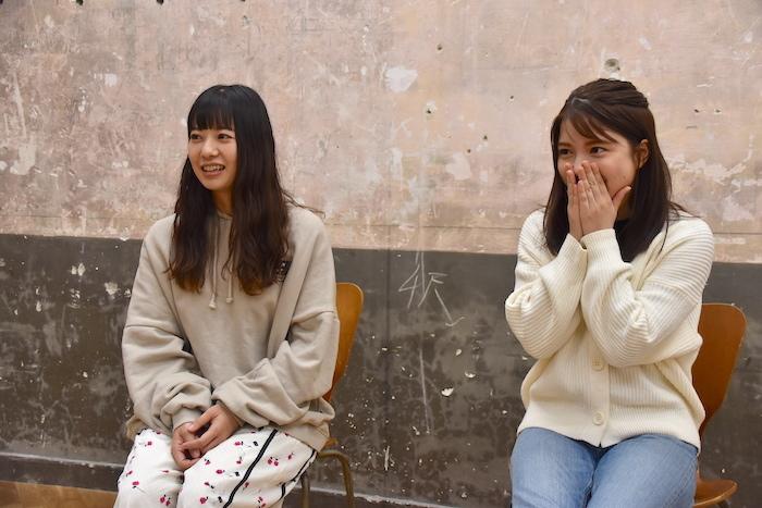 新井郁と川島海荷(左から)