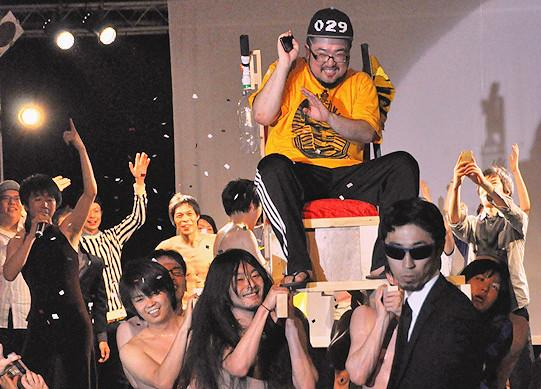 「ハイタウン2014」より。上:トーテムロック(かせきさいだぁ×木暮晋也)LIVE 下:男肉 du Soleil プロデュース「男肉聖帝聖誕祭」