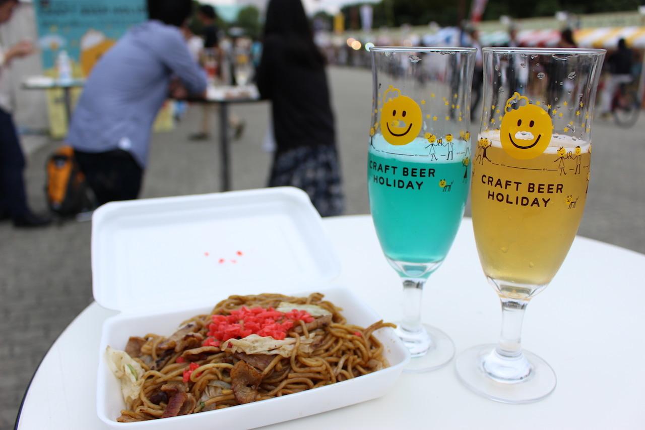 「城端麦酒」(富山)グレートブルー/写真左・「Y.MARKET BREWING」(愛知)白ぶどうのビール/写真右