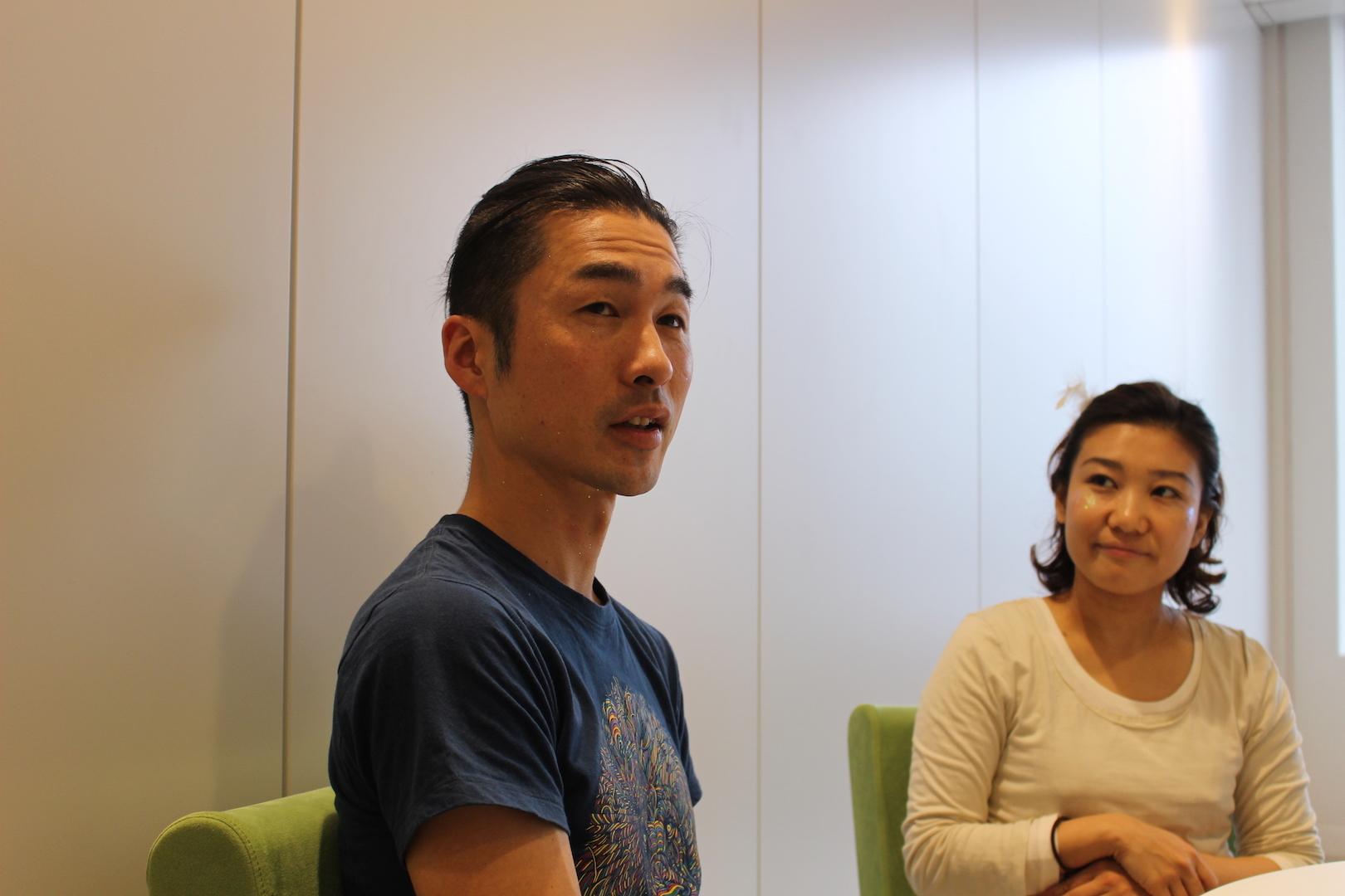 栗栖良依(右)と金井ケイスケ