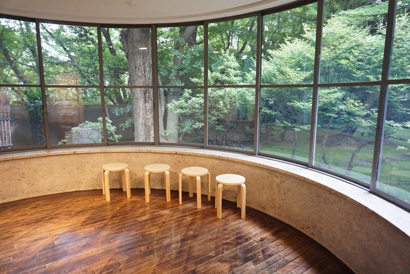 1階ギャラリーⅡ奥の開放的な窓辺