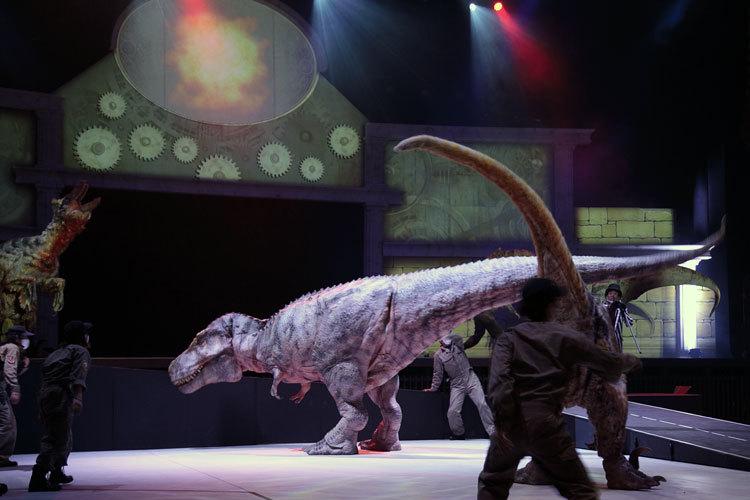 複数の恐竜たちが入り乱れて登場
