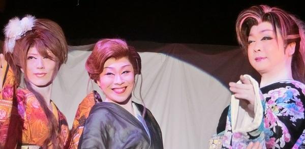初めての人も惹きつける笑顔あふれる舞台。左・城麗斗副座長 中央・藤乃かな座長 右・都京弥座長(2015/10/12) 筆者撮影