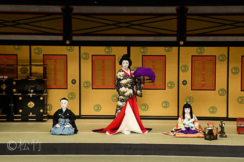 『伽羅先代萩』左から、一子千松=中村勘太郎、乳人政岡=中村七之助、鶴千代=中村長三郎