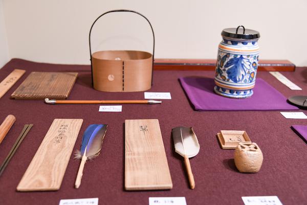 「ウロコヤ横井商店」の展示風景