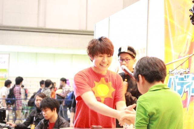 熱く握手をかわす水野麻里絵さん