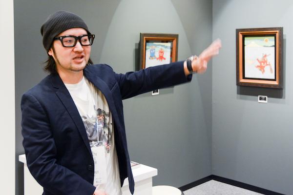自らの作品を説明する瀧下和之さん