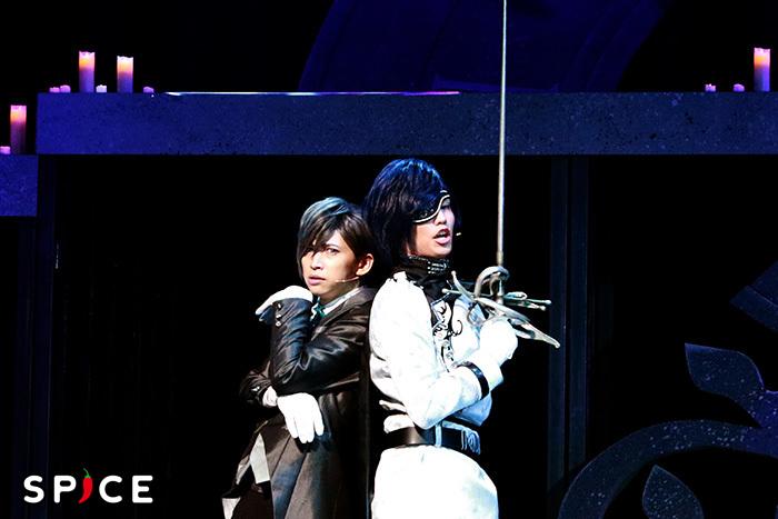 左からセバスチャン(長谷川慎也)とジャンヌ・ダルク(東将司)  ©CYBIRD / イケメンヴァンパイア THE STAGE製作委員会