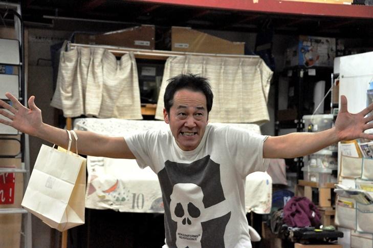 「劇団主宰」と「詐病師(さびょうし)」を演じる坂田聡。