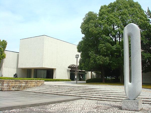 彫刻作品が点在する庭内の散策も楽しみたい「岐阜県美術館」