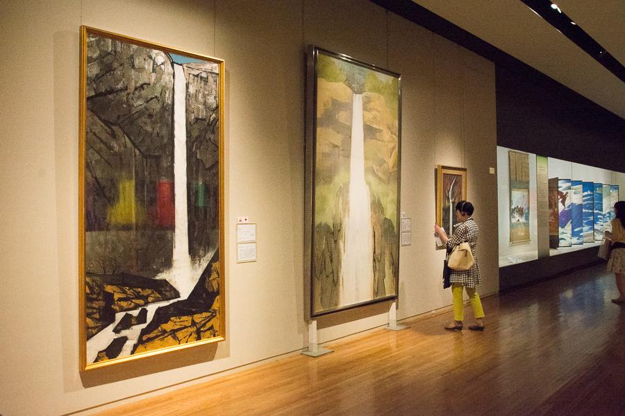 左から 横山操《滝》1961(昭和36)年 山種美術館、奥村土牛《那智》1958(昭和33)年 山種美術館