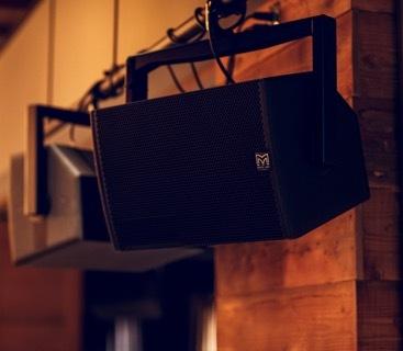 グラストンベリー・フェスティバルなどで使用されているマーチンオーディオ社のスピーカーマネジメントシステムを常設。床面積1200平米、座席数300席という広い店内全体に音が届くように設置されている。