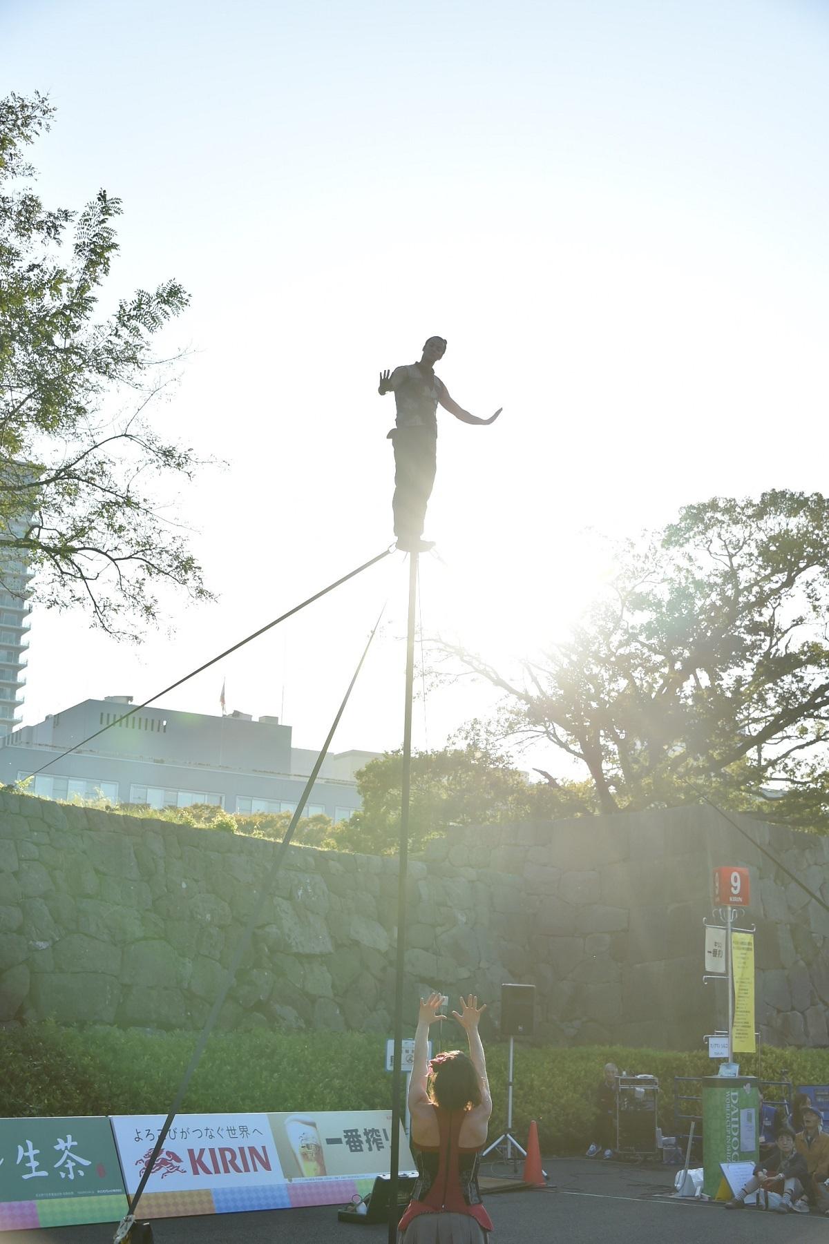 駿府城の石垣をバックに迫力のアクロバット