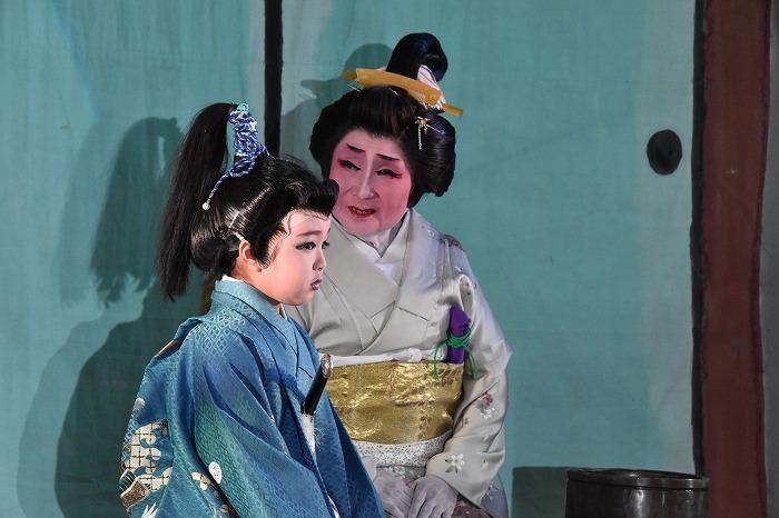 役者の年齢も幅広い。手前が子役の丘らんさん、奥が曾祖母に当たる丘美智子さん。藩の若君と乳母を演じている。