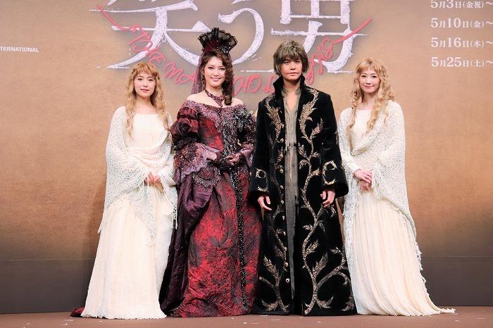 (左から)衛藤美彩、朝夏まなと、浦井健治、夢咲ねね