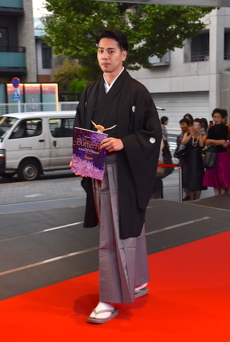 レッドカーペットを歩く瀧川鯉斗