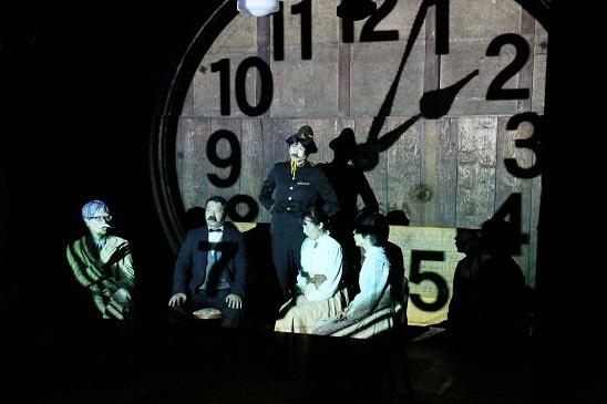 雨傘屋『禿の女歌手』(作:ウジェーヌ・イヨネスコ/2014年)  [撮影]梶原慎一