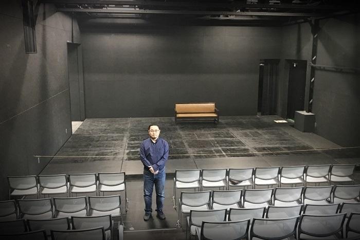 [THEATRE E9 KYOTO]客席にたたずむあごうさとし(2019年撮影) [撮影]吉永美和子