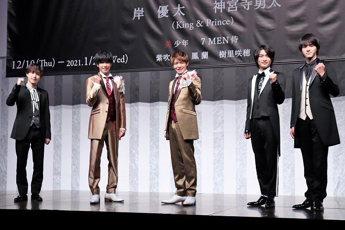(左から)中村嶺亜、神宮寺勇太、岸優太、那須雄登、岩﨑大昇