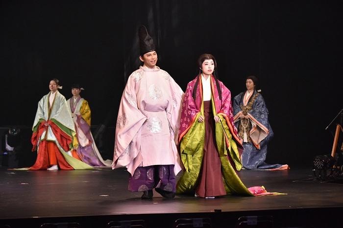 (中央左)今井翼、愛加あゆ 撮影:阿部 章仁