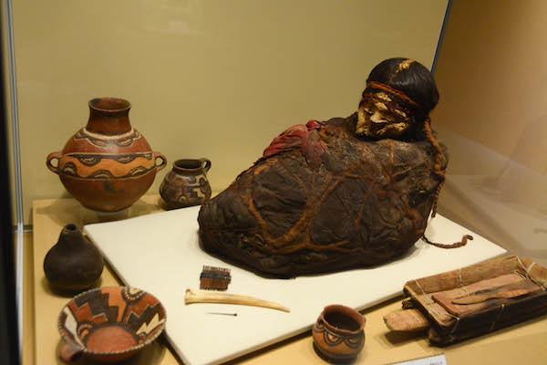 《少女のミイラとその副葬品》 チリバヤ文化 ペルー文化省・ミイラ研究所・チリバヤ博物館所蔵