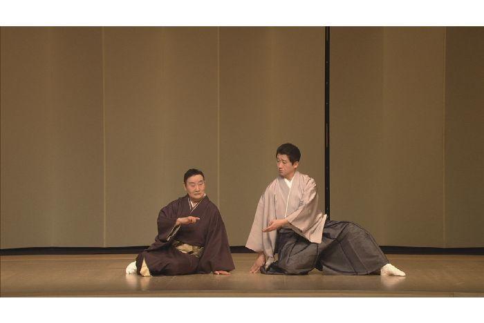 『古道成寺』娘=清姫役の吉村輝章(左)と、山伏=安珍役の山村友五郎