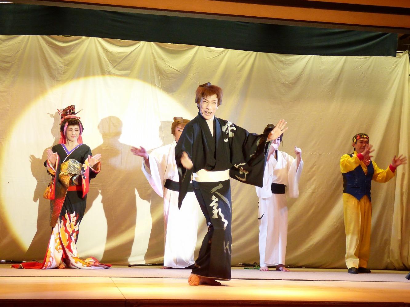 2018年3月、青森・深浦観光ホテルでの優木劇団公演。中央で踊る誠座長。