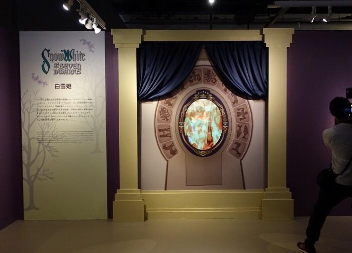 『白雪姫』エリアのエントランス All Disney artwork © Disney Enterprises Inc.