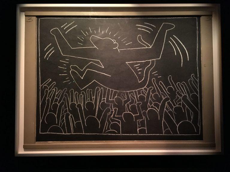 《サブウェイ・ドローイング》1981–1983年 白壁/紙/板 123.5×127.7㎝ © Keith Haring Foundation