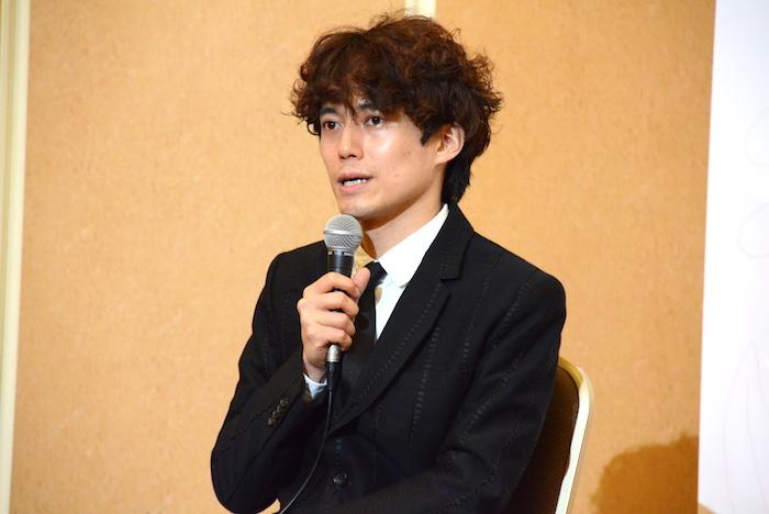 製作発表会見で話す演出の藤田俊太郎