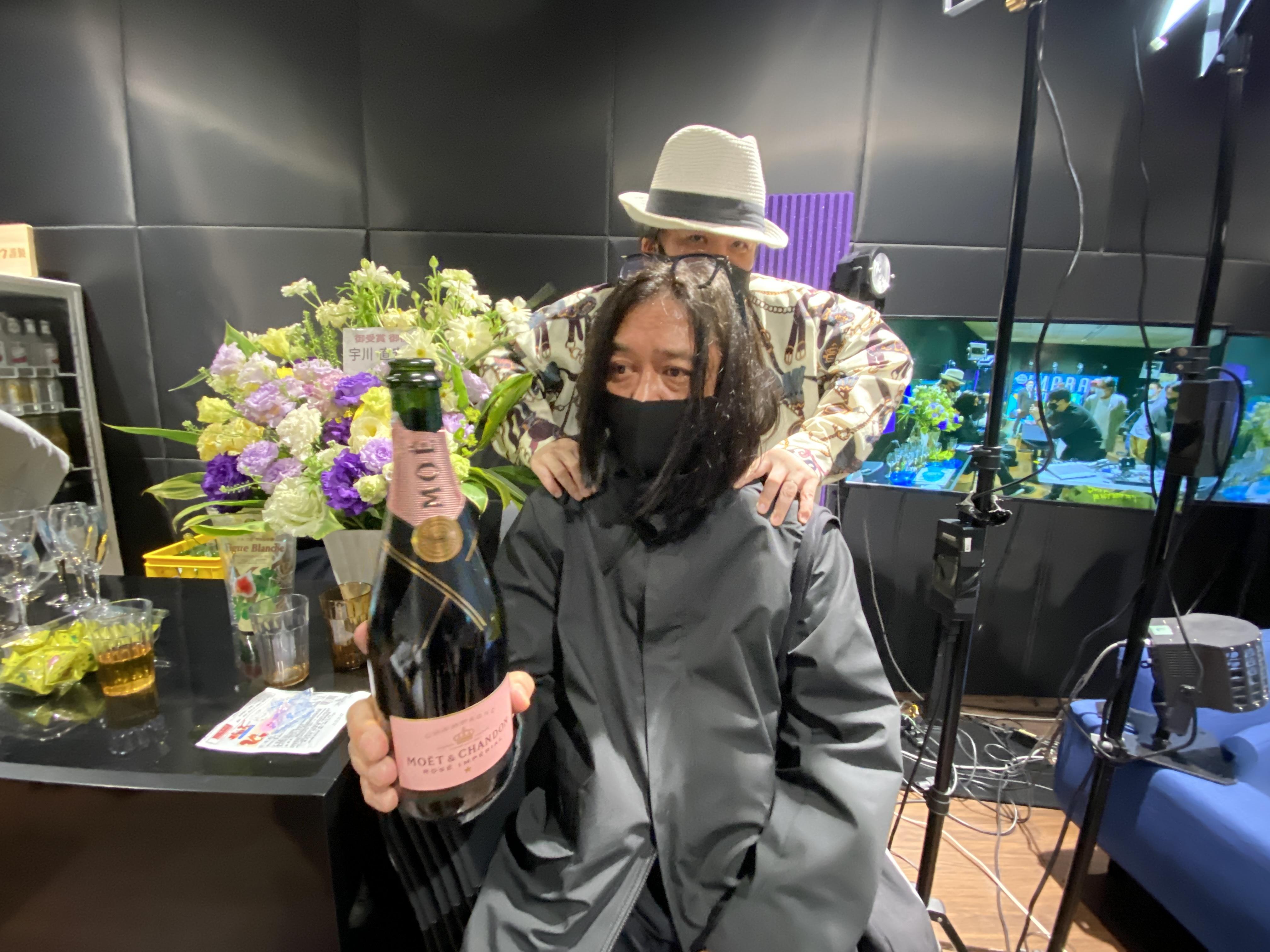 宇川先生に肩を揉ませるアレな齋藤久師。しかも宇川氏に与えられたピンクモエをガブ飲み。