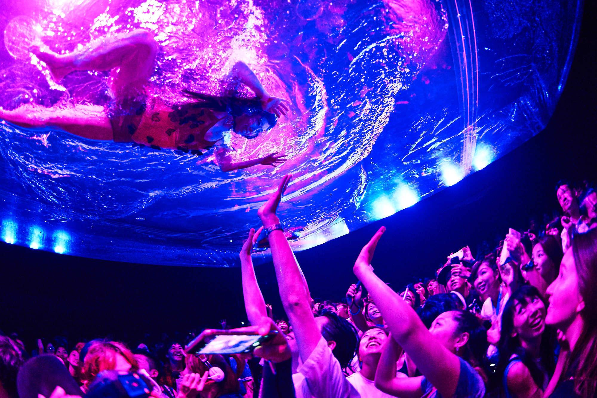 巨大プールが客席上空から降りてくる (C)uemizo