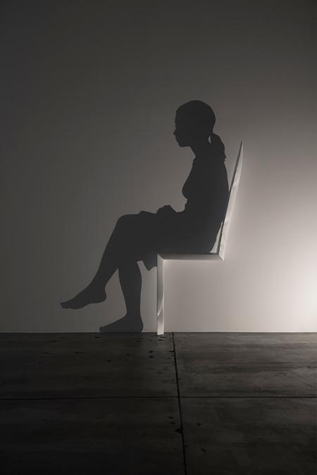 山下工美『椅子』木材、影、照明