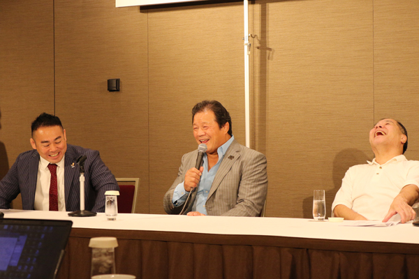 左から緒方公俊代表、藤波辰爾、和田京平