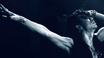 "AKIRA、初監督ミュージックビデオ「Shelly」を解禁 シャワーを浴びながらの濃厚ラブシーン&ダンスで""禁断の愛""と""男の葛藤""を表現"