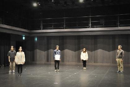 松田正隆2年ぶりの新作『シーサイド・タウン』稽古場レポ&インタビュー、「観客の頭の中で、ドラマが起こったらいいなと思います」