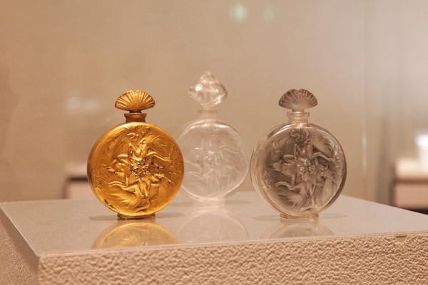 香水瓶《バラ窓形の人物像》 1912年