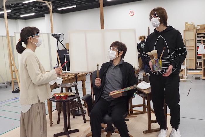 12月12日開幕の『オトコ・フタリ』稽古写真 (保坂知寿、山口祐一郎、浦井健治)。マスクとフェイスシールドをつけた上で、稽古に臨んでいる。