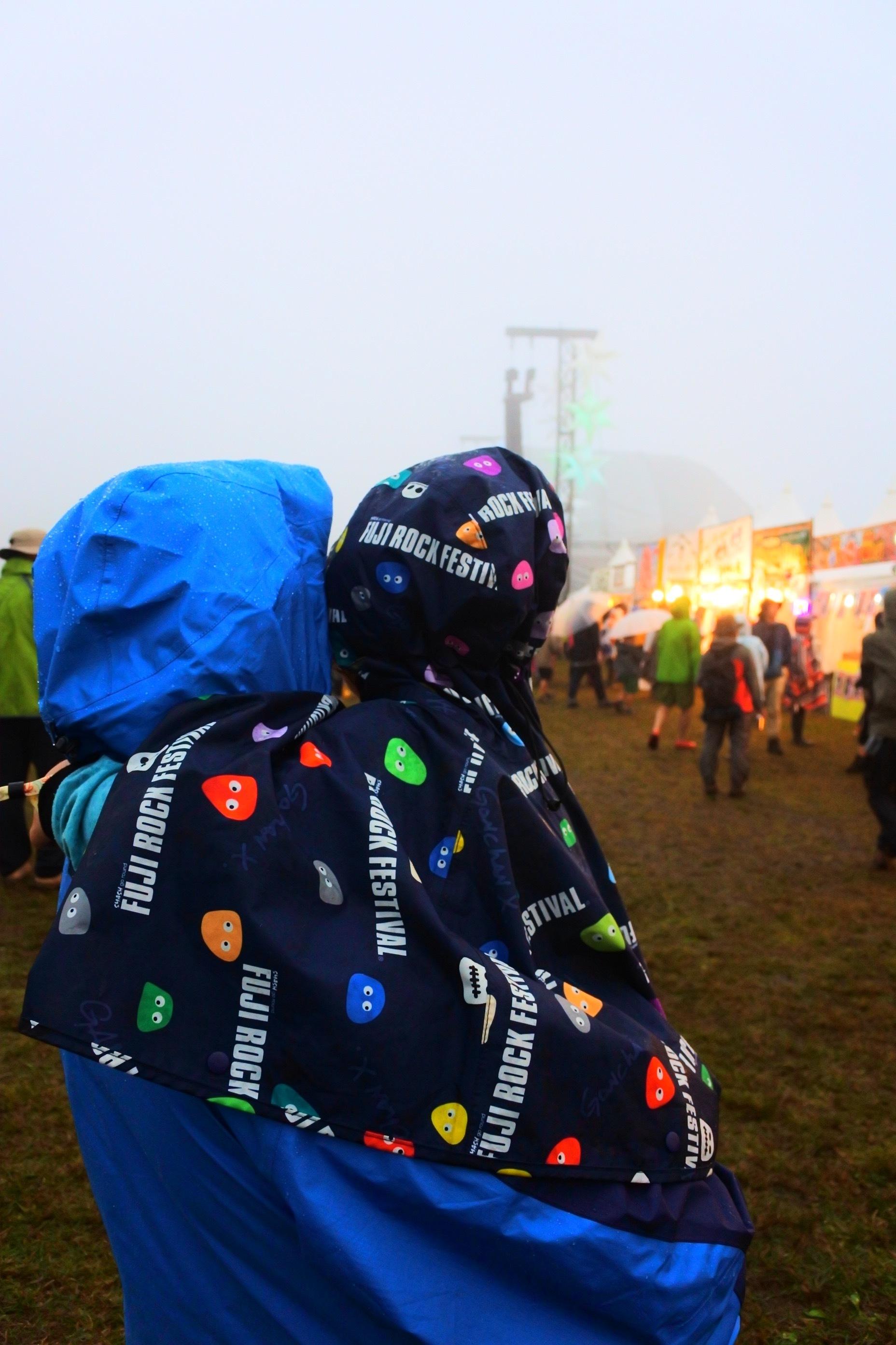 ステージも霞むほどの濃霧。 撮影=早乙女ゆうこ