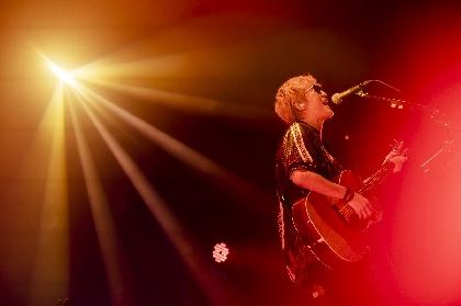 スガ シカオが一人でアコギをかき鳴らす特別なショー『Hitori Sugar Tour 2020-セトリ再現ライブ‐』に見た、混乱の2020年から再起の2021年への希望の炎