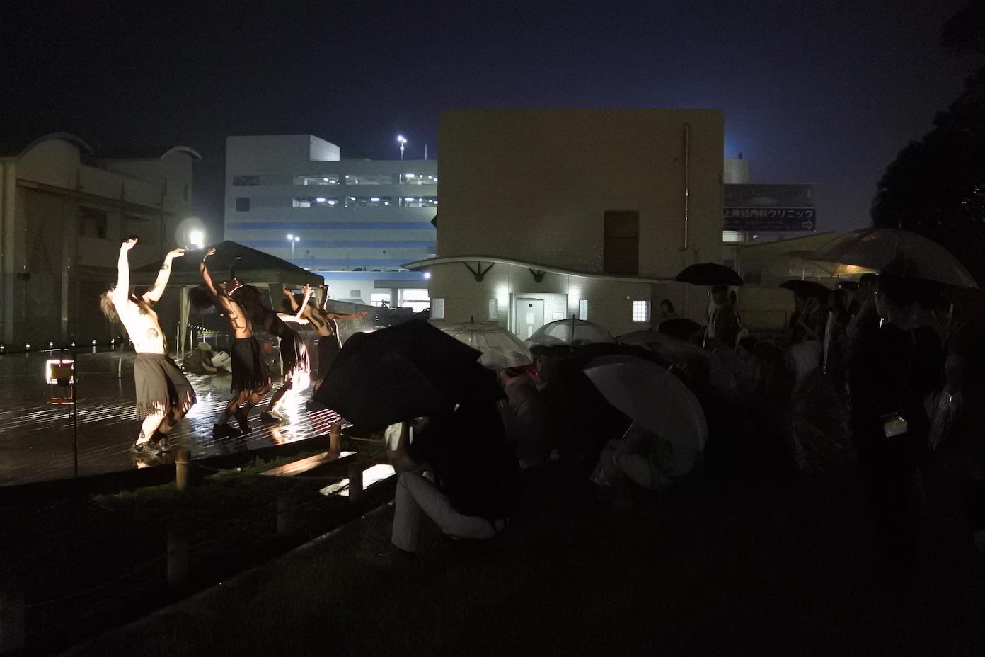 """雨の中でも熱演する""""大東京舞踊団"""""""