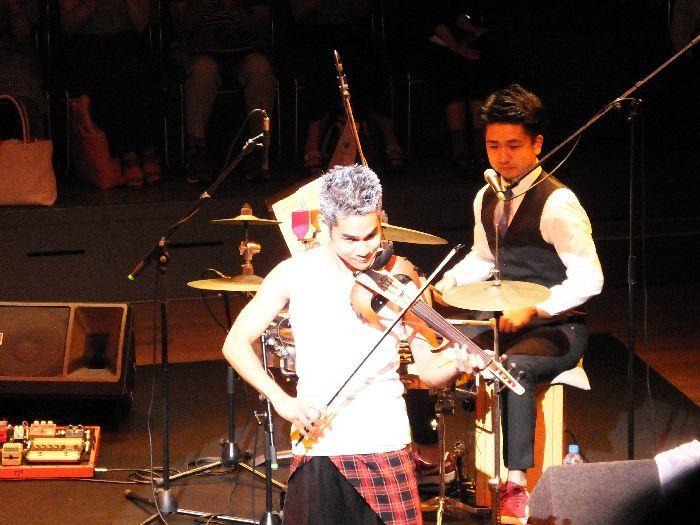 ライヴでは、エレキヴァイオリンも使う。アルトの低音域もカバーした5弦製だ