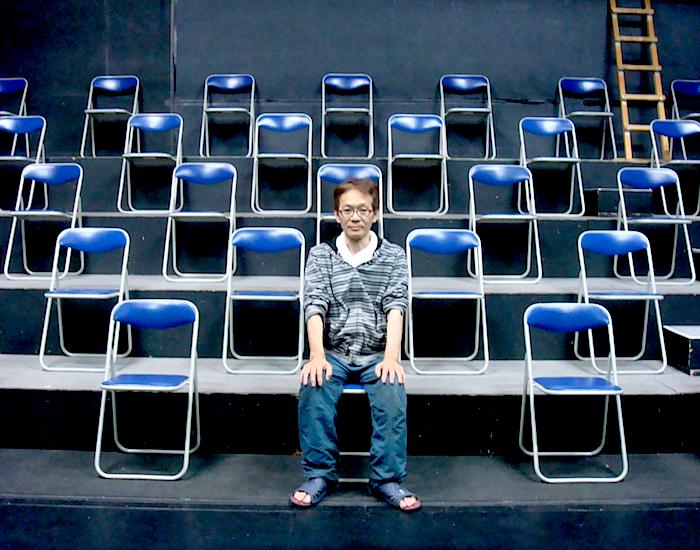 「ナビロフト」プロデューサーの小熊ヒデジ。再開後のソーシャルディスタンスを配慮した劇場の客席で