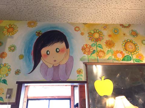 キッチンの壁面にはKaikai Kiki所属のアーティスト、佐藤玲さんによるペイントが施されていた