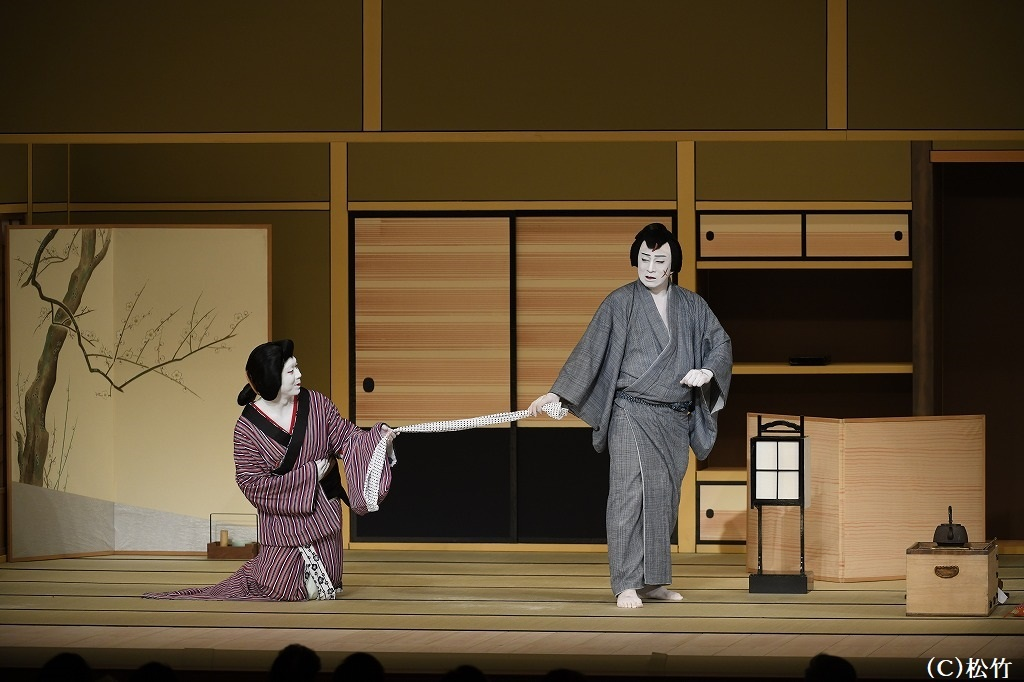 『与話情浮名横櫛 源氏店』右から、切られ与三郎=松本幸四郎、お富=中村児太郎